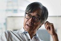 インタビューに答える作家の高橋源一郎さん。近著に「還暦からの電脳事始」(毎日新聞社)=写真は竹内紀臣撮影