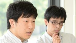 東芝問題を語る毎日新聞経済部の片平知宏記者(左)と谷川貴史記者