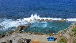 海岸の岩をダイナマイトでくりぬいて造ったという「海軍棒プール」。旧日本軍が立てた標柱が近くにあることから「海軍棒」と呼ばれています。ダイナミックに波をかぶり、たくさんの魚が泳ぐワイルドなプールです。島にはもう一つ、同じような「塩屋プール」があります=筆者撮影