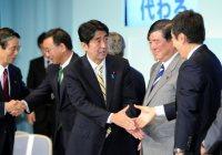 自民党の新総裁に決まり、石原伸晃幹事長(右)や石破茂前政調会長(右から2人目)と握手する安倍晋三元首相(中央)。いずれも肩書は当時=東京都千代田区の同党本部で2012年9月26日、竹内幹撮影