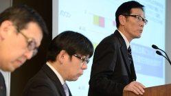 2015年中間決算について説明する東芝の平田政善常務(右)=東京・浜松町の東芝本社で、徳野仁子撮影