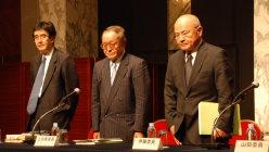 不正会計問題で東芝が設置した第三者委員会の上田広一委員長(中央)=2015年7月21日撮影