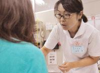 復職した大町病院で外来患者の対応に当たる稲垣恵さん。「避難生活中も時々、荷物から白衣を取り出して見ていました」と話す=福島県南相馬市原町区で、三上剛輝撮影