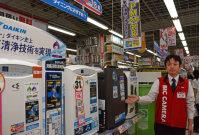 「PM2・5対応」を強調する家電量販店の空気清浄機売り場=札幌市中央区で