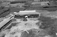 日本初の原子炉「JRR−1」の完成を祝う「祝火入式」の人文字。まだ原子力が夢の時代だった=茨城県東海村で1957年9月18日