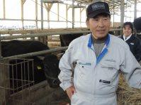 牧場の移転先が決まった小林将男さん。「まだ大変だが、良かった」と、妻多美江さん(後方)とともに喜ぶ=千葉県山武市板中新田の「小林牧場」で2015年12月10日