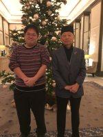 茶人帽をかぶった大村智さん(右)と筆者=11日、ストックホルムで