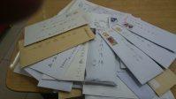 生活報道部に届いた「女の気持ち」の投書の数々。開封する作業を怠るとたちまち封書の「丘」が「山」になります=15年11月、山科武司撮影