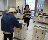 投票の管理も選挙管理委員会の重要な仕事だ=高知市内の期日前投票所で2014年12月