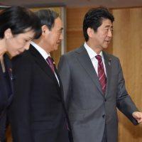 安倍晋三首相(右)。左から2人目は菅義偉官房長官=首相官邸で15日午前10時3分、宮間俊樹撮影