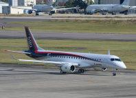 初飛行に成功したMRJ=愛知県豊山町の県営名古屋空港で2015年11月11日、大竹禎之撮影