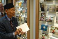 ストックホルム市内の美術館で、パンフレットなどを手に記念品を見て回る北里大の大村智特別栄誉教授=2015年12月9日午前、大村健一撮影