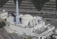 高速増殖原型炉「もんじゅ」=福井県敦賀市で2015年10月7日、本社ヘリから三村政司撮影