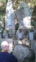 戦犯7人を祭った「七土之碑」(右)=静岡県熱海市