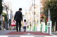 朝、保育園に向かう父娘。働く母親を増やすためには、父親も育児を担うことが求められる=東京都杉並区で、小出洋平撮影