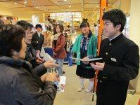 東京・日本橋で紙芝居カレンダーを販売する飯舘中の生徒たち