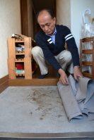殺害された高羽奈美子さんの夫・悟さんが借り続けている事件現場のアパート。玄関の床に犯人の血痕が残る=名古屋市西区で、福島祥撮影