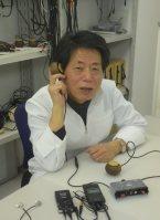 次世代型の骨伝導ヘッドホンを開発した国司哲次社長=東京都内で