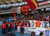 現役最後の試合で得点と優勝を果たし、チームメートやサポーターらと喜び合う神戸の澤(中央)=川崎市の等々力陸上競技場で2015年12月27日、山本晋撮影