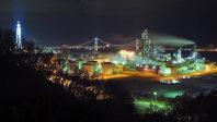 蒸気がたなびくJXエネルギー室蘭製造所(手前)と、白鳥大橋の夜景=北海道室蘭市で、手塚耕一郎撮影