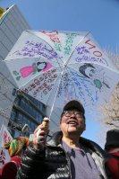 通常国会開会に合わせて開かれた、国会周辺で安保関連法制の廃止と安倍政権の退陣を訴える集会の参加者=東京都千代田区で2016年1月4日午前11時55分、後藤由耶撮影
