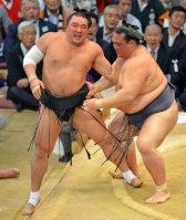昨年11月の九州場所千秋楽で、日馬富士(左)に完勝した稀勢の里。悲願の初優勝に向け、「心」の充実が最大の課題だ=野田武撮影