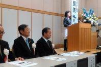 人権フォーラムで講演する稲田朋美政調会長と実行委員長の二階俊博総務会長(左から3人目)=東京都内で2015年11月16日