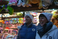 店の前で笑顔を見せるカロラインさん(右)とミハエルさん=坂口裕彦撮影