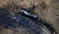 ガードレールを突き破り、道路脇に転落したバス=長野県軽井沢町で2016年1月15日午前8時半、本社ヘリから