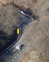 ガードレールを突き破り、道路脇に転落したバス。上が軽井沢方面、下が群馬方面=長野県軽井沢町で2016年1月15日午前8時28分、本社ヘリから