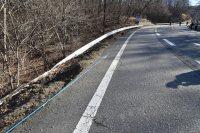 横転事故を起こした観光バスは写真右奥付近から走行してきて左側のガードレールを突き破り転落した=長野県軽井沢町で2016年1月15日午前9時45分、宮間俊樹撮影