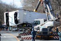 クレーン車でつり上げられ撤去される大型バス=長野県軽井沢町の国道号碓氷バイパスで2016年1月15日午後0時33分、安元久美子撮影
