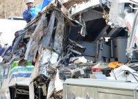 転落したバスの運転席(中央)=長野県軽井沢町で2016年1月15日午後2時24分、宮間俊樹撮影