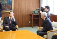 広瀬直己・東京電力社長(右)からあいさつを受ける会田洋・柏崎市長=柏崎市役所で
