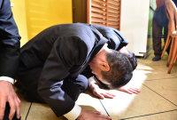 記者会見で床に手をつけて謝罪する「イーエスピー」の高橋美作社長(手前)=東京都羽村市で2016年1月16日午後4時38分、竹内幹撮影