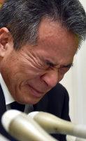 記者会見で涙を流す「イーエスピー」の高橋美作社長=東京都羽村市で2016年1月16日午後4時23分、竹内幹撮影
