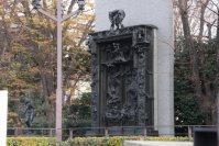 国立西洋美術館の入り口横にはロダンの「地獄の門」=江刺弘子撮影