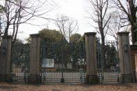 扉の向こう側は上野動物園=江刺弘子撮影