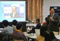 梶田隆章さんと共に行っている実験について紹介する中畑雅行さん(右端)=富山市西町の市立図書館で、青山郁子撮影