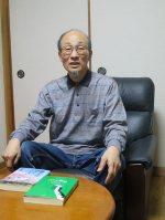 闘病記を出版した橋本貞章さん=愛知県稲沢市で