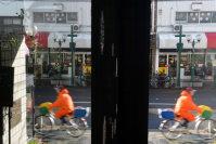ひっそりと、懐かしい雰囲気が残る千本通。ガラスに映る世界も現実とつながっているようだ=京都市上京区で、小松雄介撮影