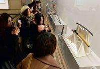 スマホやカメラを手に刀に見入る女性たち=福岡市早良区の市博物館で2016年1月20日、山下恭二撮影