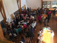 尾木教授のゼミ生たちが「南アルプス子どもの村小中学校」を訪れた日の給食の様子=2015年11月24日(臨床教育研究所「虹」提供)