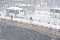 強い風と雪でかすむ福岡市内=福岡市中央区天神で2016年1月24日午前10時41分、須賀川理撮影