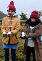 奄美大島・湯湾岳9合目付近で、作った雪だるまを手に「雪は初めて」と喜ぶ子どもたち鹿児島県大和村で2016年1月24日午前11時32分、神田和明撮影