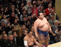 豪栄道を突き落としで降して優勝を決めた琴奨菊(右)=東京・両国国技館で2016年1月24日、内藤絵美撮影