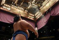 優勝をかけた豪栄道との取り組み直前、力強く土俵上に塩をまく琴奨菊=東京・両国国技館で2016年1月24日、喜屋武真之介撮影