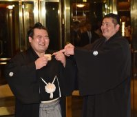 優勝した琴奨菊(左)を迎える佐渡ケ嶽親方=東京都内のホテルで2016年1月24日午後6時55分、竹内幹撮影