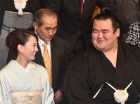 妻・祐朱さん(左)に笑顔を見せる優勝した琴奨菊=東京都内のホテルで2016年1月24日午後7時12分、竹内幹撮影