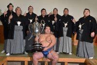 賜杯を手に笑顔の優勝した琴奨菊(中央)=東京・両国国技館で2016年1月24日午後6時11分、竹内幹撮影